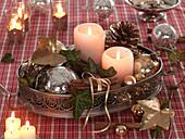 Tablett aus Metall mit Kerzen, Christbaumkugeln, Zimtstangen