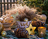 Carex 'Bronce Perfection' (Herbstsegge) mit Christbaumschmuck