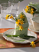 Serviettendeko mit Narcissus 'Tete a Tete' (Narzissen), Blatt als Platzkarte