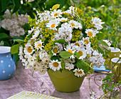Strauß aus Syringa (Flieder), Leucanthemum (Frühlingsmargeriten), Euphorbia