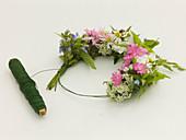Blütenkränzchen aus Wiesenblumen :2/3