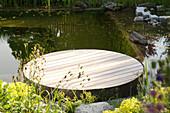 Schwimmteich mit runder Badeinsel
