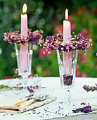 Kränze aus Lavandula (Lavendel) und Gypsophila (Schleierkraut)