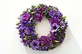 Kranz aus blauen und violetten Blüten