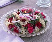 Kranz aus Dianthus (Nelken), Hydrangea (Hortensien), Blätter von Artemisia