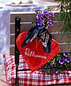 Alpenflair : Holzherz mit Halstuch und Gentiana scabra (Herbstenzian)