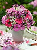 Strauß aus Rückschnitt von Sommerblumen