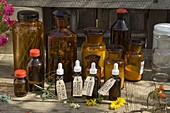 Zutaten für die Kräuter - Apotheke in Gläsern und Flaschen