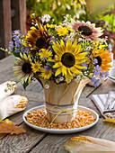 Herbststrauß aus Helianthus 'Herbstschönheit' (Sonnenblumen), Aster