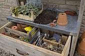 Arbeitsstil : Arbeitstisch mit geöffneter Schublade