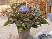 Artischockenblüte als Biedermeierstrauß