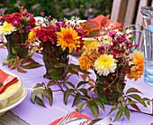 Tischdeko mit Herbstchrysanthemen
