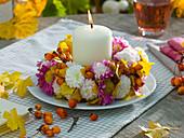 Kranz aus Chrysanthemum (Herbstchrysanthemen), Rosa (Hagebutten)