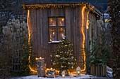 Weihnachtlich geschmücktes Gartenhaus