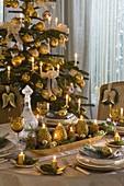 Adventsgesteck in länglicher Gold - Schale als Tischdeko