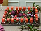 Adventskalender - Kranz aus 24 nummerierten Kerzen auf Tablett