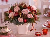 Weihnachtlicher Strauß aus Rosa (Rosen), Pinus