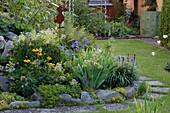 Halbrundes Staudenbeet im kleinen Garten