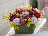 Gesteck aus Hyacinthus (Hyazinthen), Tulipa (Tulpen), Ranunculus