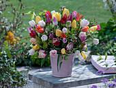 Gemischter Strauß aus Tulipa (Tulpen), Malus (Apfelblüten), Physocarpus