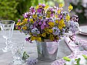 Strauß aus Wiesenblumen in Blecheimer