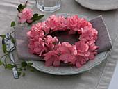 Kleiner Kranz aus Rhododendron simsii (Zimmerazalee)