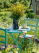 Sitzplatz in der Wiese, Strauß aus Ranunculus (Hahnenfuß), Rumex (Ampfer)