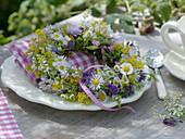 Kleiner Kranz aus Wiesenblumen als Serviettendeko