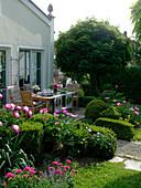 Terrasse eingefaßt mit formgeschnittenem Buxus