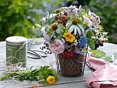 Spätsommerstrauß aus Kräutern und Heilpflanzen