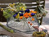 Umgedrehter Drahtkorb zum trocknen von Blumen und Kräutern