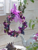 Getrockneter Blütenkranz an Schubladenknauf gehängt