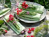 Serviettendeko aus grünen Bohnen und Duftwicken