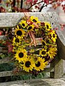 Herbstlicher Kranz aus Sonnenblumen , Fenchel und wildem Wein