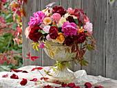 Strauß aus Rosen in Eisengefäß mit Fuß