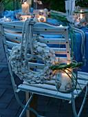 Maritime Tischdeko auf Terrasse in Abendstimmung