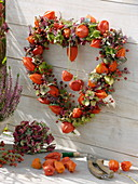 Herz aus Lampionblume, Besenheide, Hortensie und Hagebutte