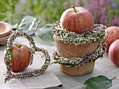 Kleine Tischdekoration mit Äpfel und Besenheide