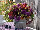 Herbststrauß mit Chrysanthemen und Fenchel im Holzfässchen