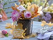 Drahtkob mit Tontopf gefüllt mit Blätter und Blumen