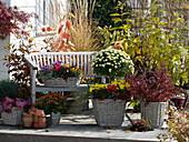Herbstlich bepflanzte Körbe auf der Terrasse