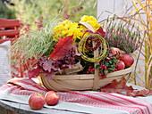 Spankorb als Geschenk mit Chrysanthemum (Herbstchrysantheme), Carex