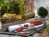 Stillleben mit verschiedenen Materialien zum einpacken von Pflanzen