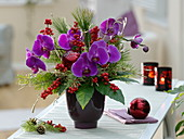 Winterstrauß mit Phalaenopsis (Malayenblumen, Schmetterlingsorchidee), Ilex