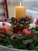 Kerze im Tontopf mit Beeren-Kränzchen