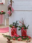 Rote Nikolausstiefel, gefüllt mit Abies (Tanne), Äpfeln
