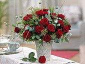 Winterlicher Strauß aus roten Rosa (Rosen), Eucalyptus, Hedera
