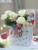 Nikolaustüte mit weißen Rosa (Rosen), Abies procera (Nobilistanne)