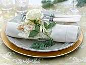 Serviettendeko Engel - Oblate, weißer Rosa (Rose) und Abies procera