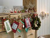 Schrank geschmückt mit Kranz aus Ilex (Stechpalme), Weihnachtskarten